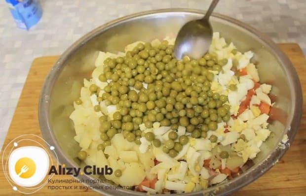 Выкладываем также консервированный зеленый горошек.