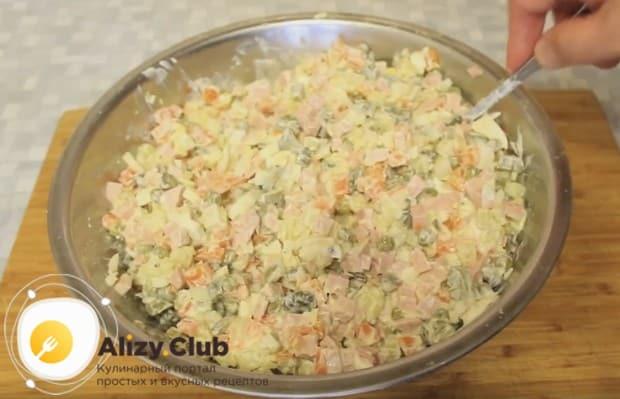 Зимний салат по классическому рецепту с колбасой готов.