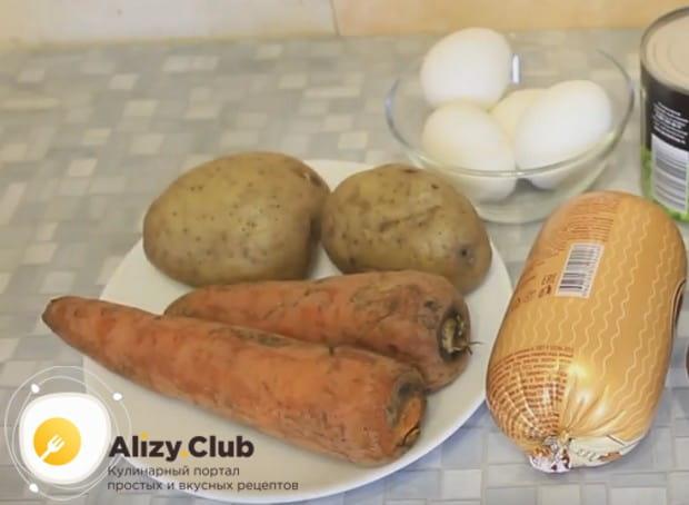 Перед тем, как готовить зимний салат, отвариваем морковь, картошку и яйца.