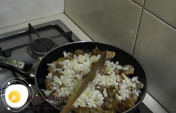 Обжариваем на сковороду мясо, добавляем к нему лук.