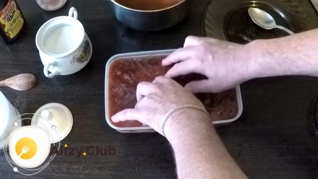 Для приготовления скумбрии соленой в луковой шелухе, залейте рыбу жирдкостью