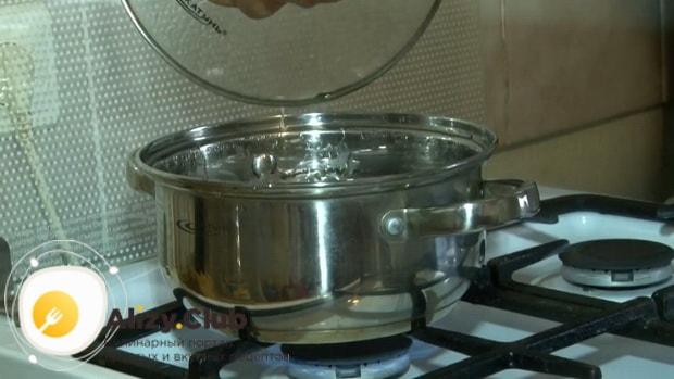 Смотрите как готовится скумбрия в луковой шелухе и чайной заварке