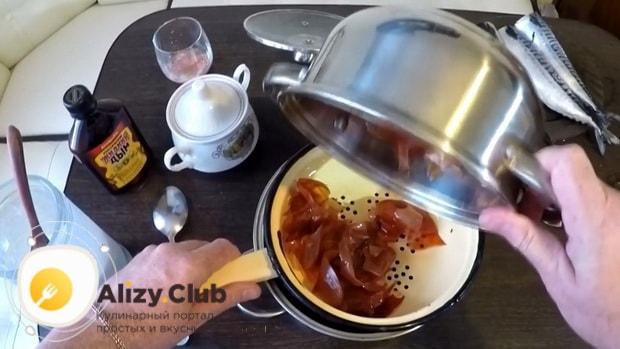 Для приготовления скумбрии соленой в луковой шелухе, слейте ингредиенты через сито