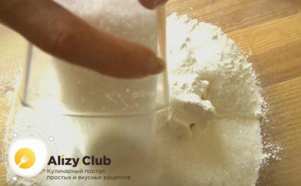 К натертому на терке маслу добавляем муку и сахар.