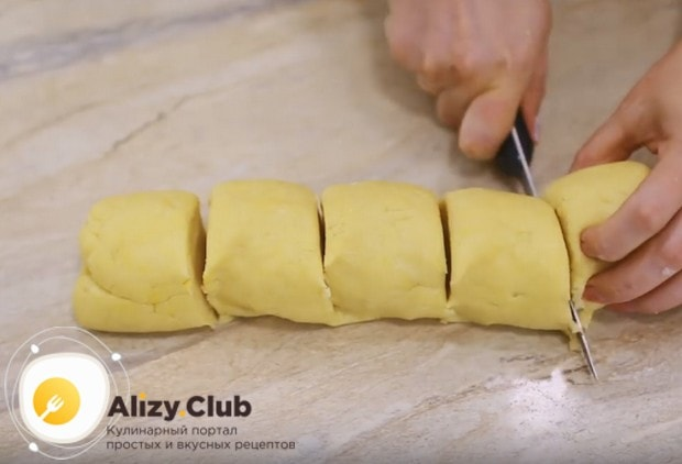 Разделяем тесто на 5 одинаковых частей и каждую из них помещаем в холодильник. завернув в пищевую пленку.