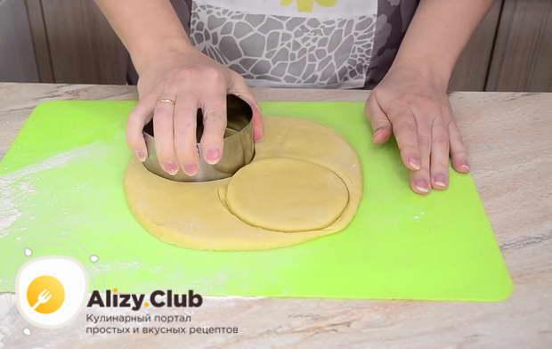 С помощью кондитерской формы или обычного стакана сделать коржики