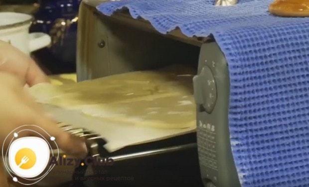 Вырезаем коврыжки желаемого размера и отправляем в духовку на застеленном пергаментом противне.