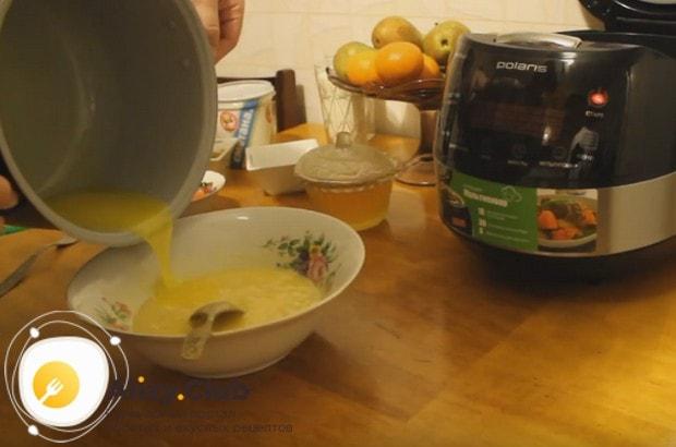 Добавляем также растопленное сливочное масло.
