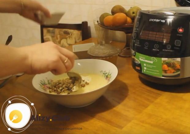 Затем выкладываем в тесто сметану и грецкие орехи.
