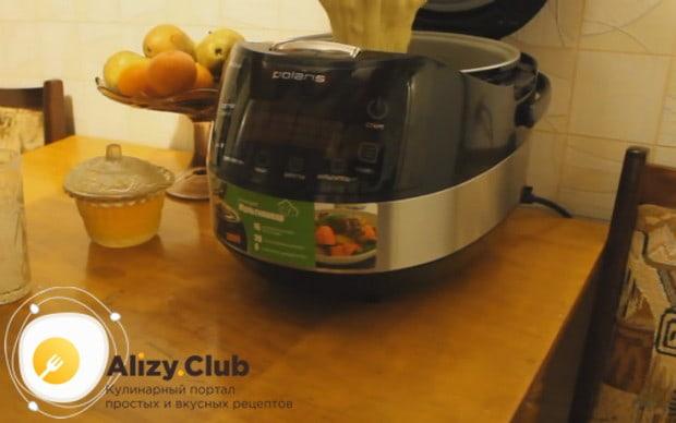 Выливаем тесто в чашу мультиварки, смазанную маслом.