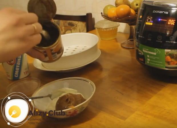 Пока медовая коврыжка в мультиварке выпекается, делаем крем из сметаны и сгущенки.