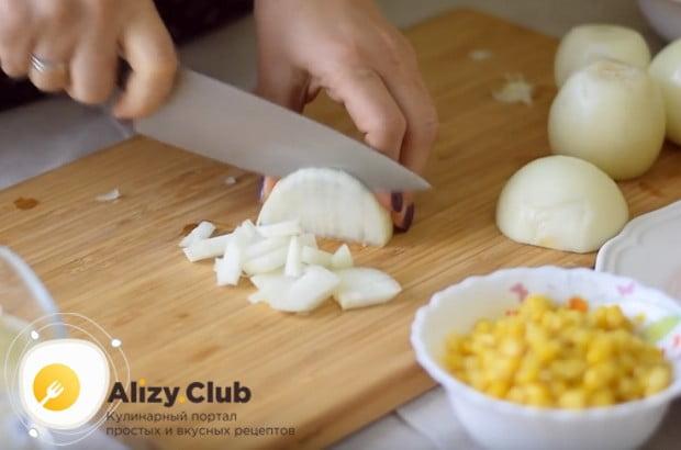 Чтобы сделать салат, в который входят крабовые палочки, кукуруза и яйца, более оригинальным, возьмем лук.