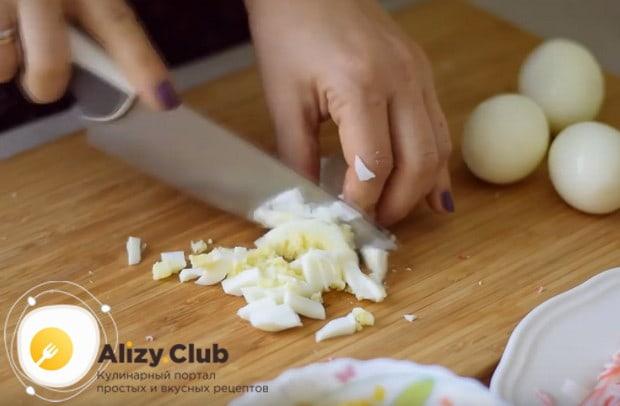 В классическом рецепте салата с крабовыми палочками и кукурузой используются отварные яйца.