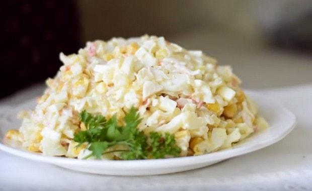 Салат из креветок с крабовыми палочками и кукурузой классический
