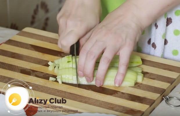 Классический рецепт крабового салата с рисом разнообразим добавлением свежего огурца.