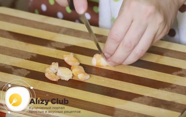В рецепте крабового салата с рисом и кукурузой используем еще и креветки.
