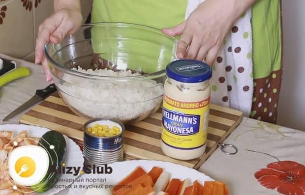 Можно также приготовить салат с крабовыми палочками и рисом.