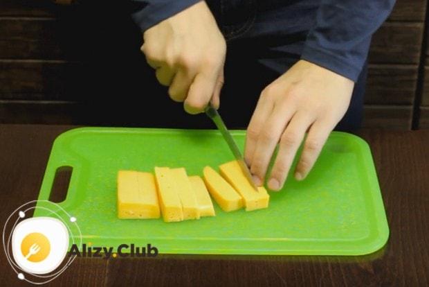 Очень вкусными получаются круассаны с сыром из слоеного теста.