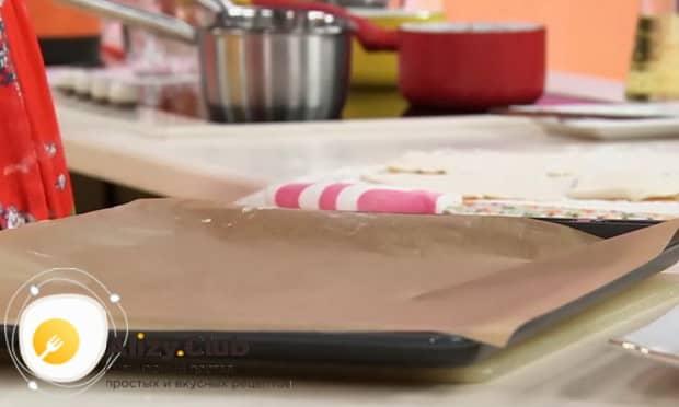 Для приготовления круасанов с шоколадной пастой, подготовьте противень