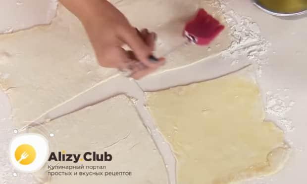 Для приготовления круасанов с шоколадной пастой, смажьте тесто