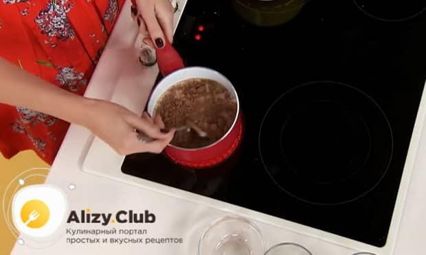 Для приготовления круасанов с шоколадной пастой, соедините ингредиенты для приготовления пасты