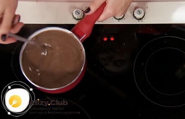 Для приготовления круасанов с шоколадной пастой, доведите пасту до готовности