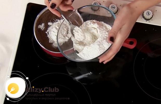 Для приготовления круасанов с шоколадной пастой, добавьте муку