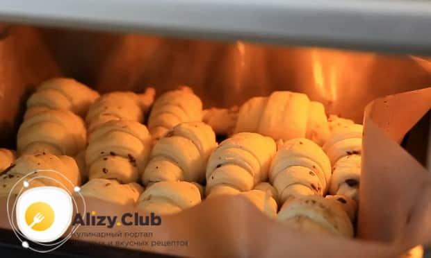 Для приготовления шоколадных круассанов, разогрейте духовку