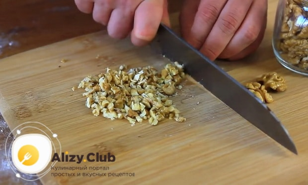 нарежьте орехи для приготовления шоколадной начинки для круасанов с шоколадом