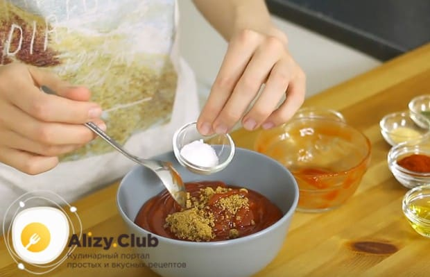 В кетчуп добавляем чеснок, петрушку и сахар.