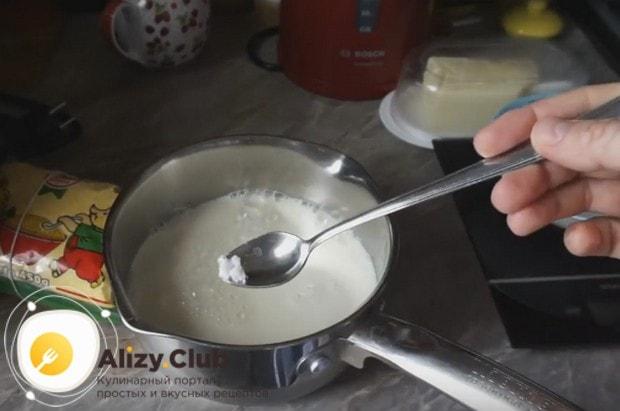 В молоко сразу же добавляем соль и сахар.