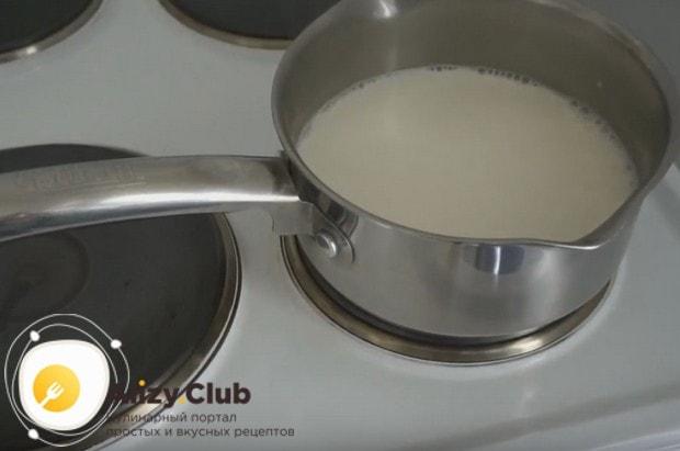 Ставим молоко на плиту и доводим до кипения.