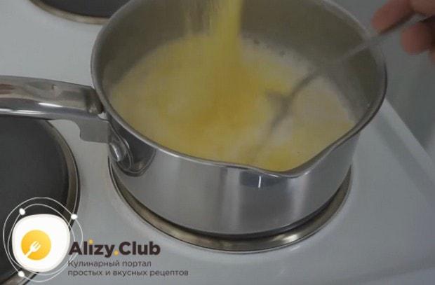 При постоянном помешивании всыпаем в молоко крупу.