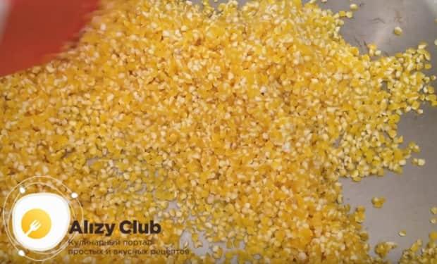 Перед тем, как сварить кукурузную кашу на молоке с маслом, слегка обжариваем саму крупу на сухой сковороде.