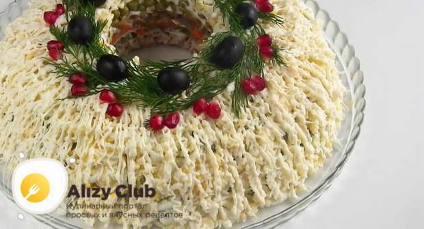 украсьте мясной салат оливками