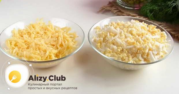 Натрите на крупной терке 100 г твердого сыра