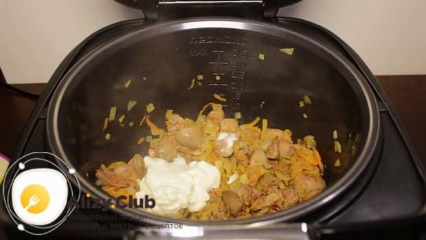 Для приготовления куриной печени с картошкой в мультиварке добавьте сметану