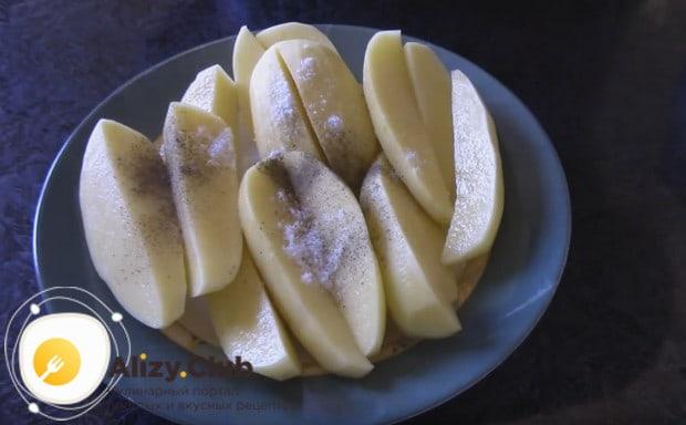 Солим и перчим картофель по вкусу.