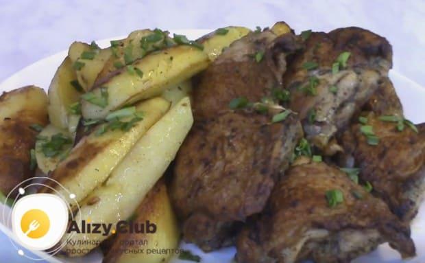 Куриные бедра с картошкой, приготовленные на сковороде по такому рецепту, станут сытной трапезой для всей семьи.