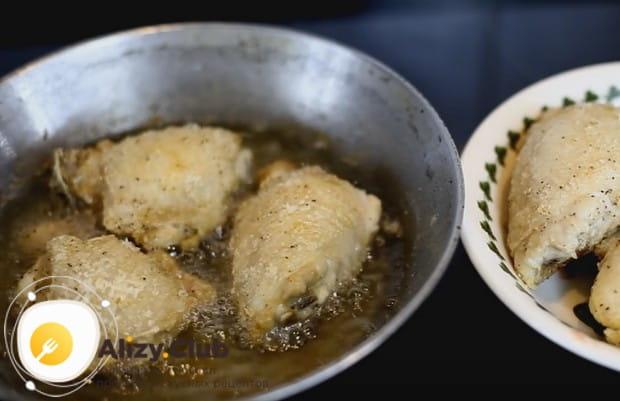 Жареные куриные бедра на сковороде по этому рецепту получаются с замечательной хрустящей корочкой.