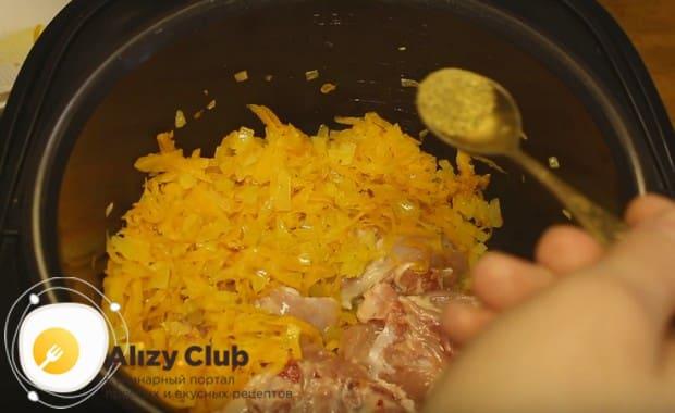 Приправляем мясо приправой хмели-сунели.