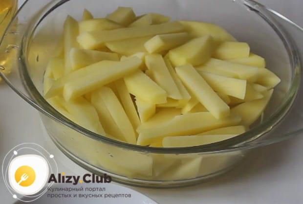 Картофель чистим и режем тонкими брусочками.