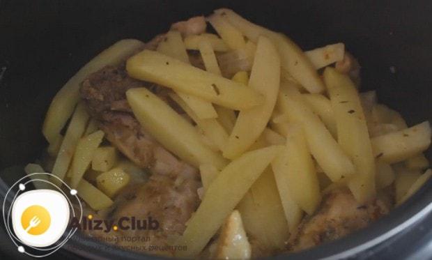Готовиться куриные бедра с картошкой в мультиварке будут 40 минут.