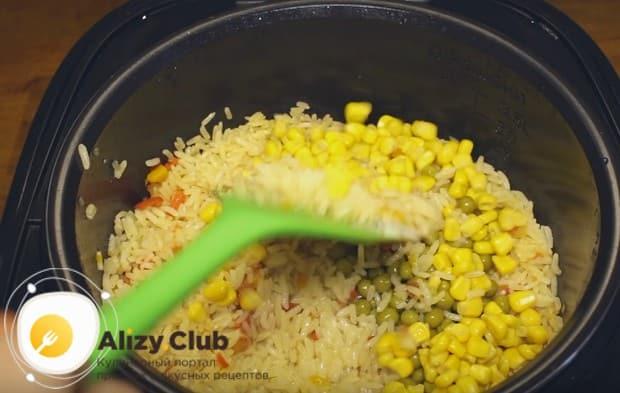 После горошка добавляем также кукурузу.