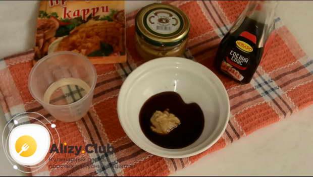 В небольшой мисочке соединяем 2 ст л. соевого соуса и 1 ч. л. крепкой горчицы