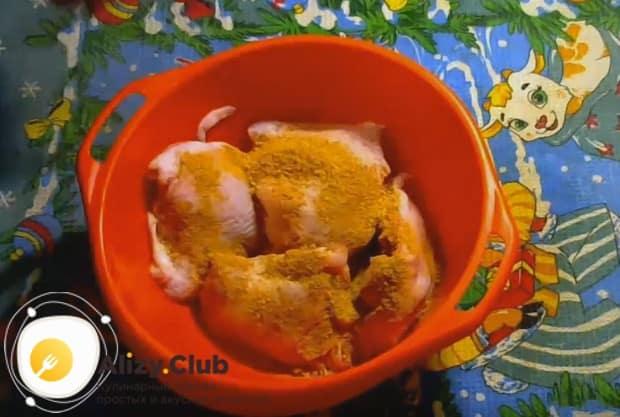 Посыпаем бедрышки приправой для курицы.