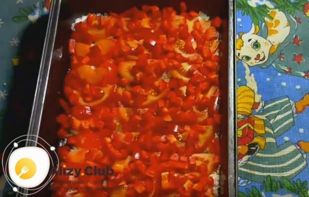 Покрываем помидоры слоем болгарского перца.