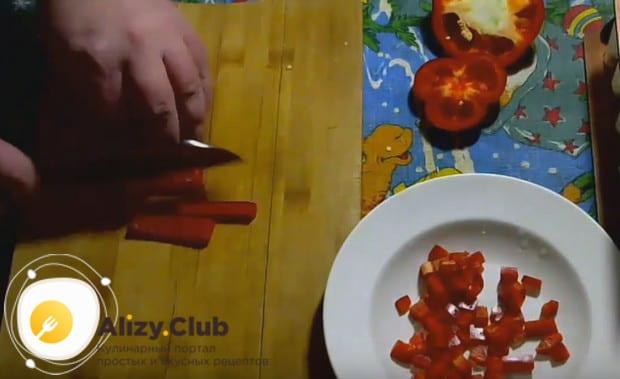 Очистив от семян и плодоножки болгарский перец, нарезаем его мелким кубиком.