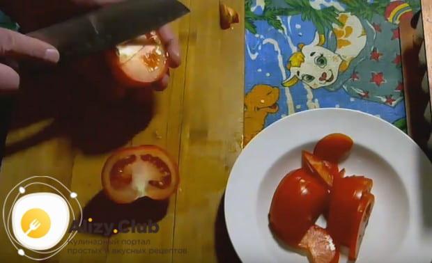 Тоненькими полукольцами нарезаем также помидоры.