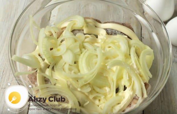 Добавляем к мясу нарезанный тонкими полукольцами лук.